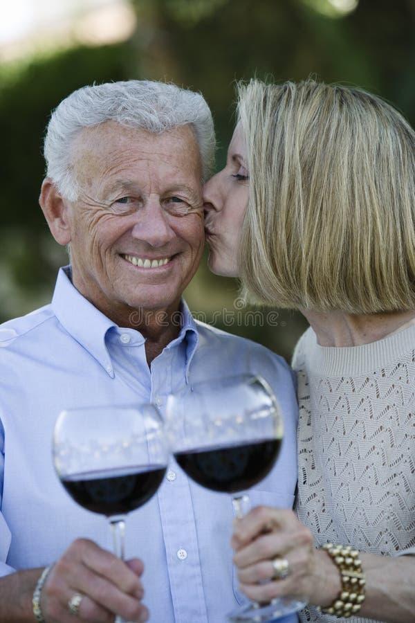 Pares superiores felizes que comemoram fotografia de stock royalty free