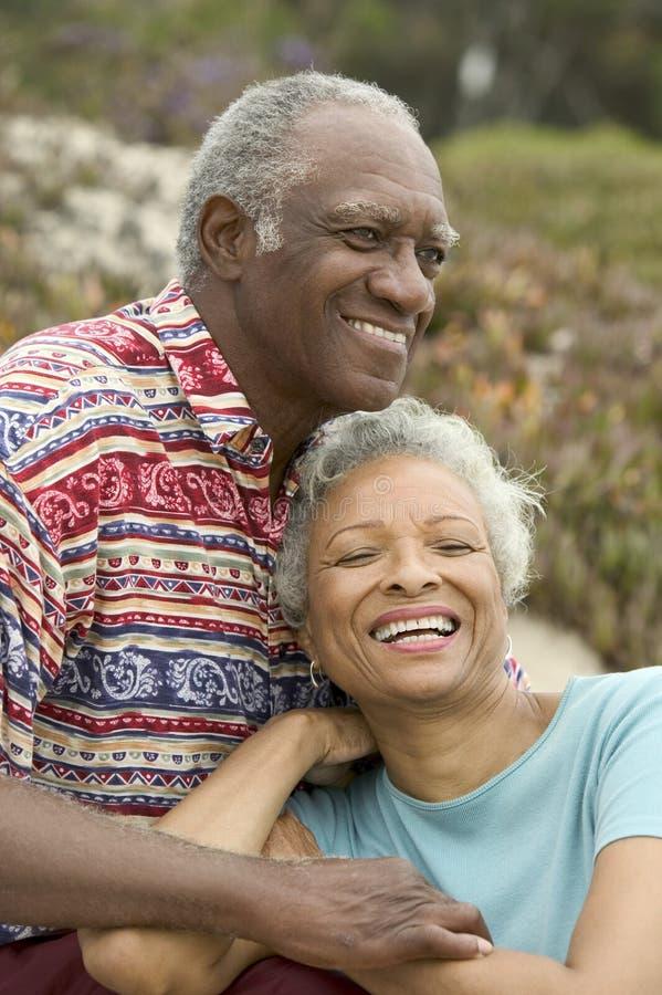 Pares superiores felizes que relaxam fora foto de stock