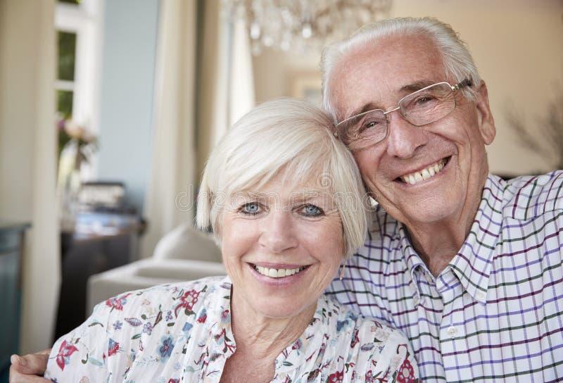 Pares superiores felizes que sorriem à câmera em casa, perto acima fotos de stock royalty free