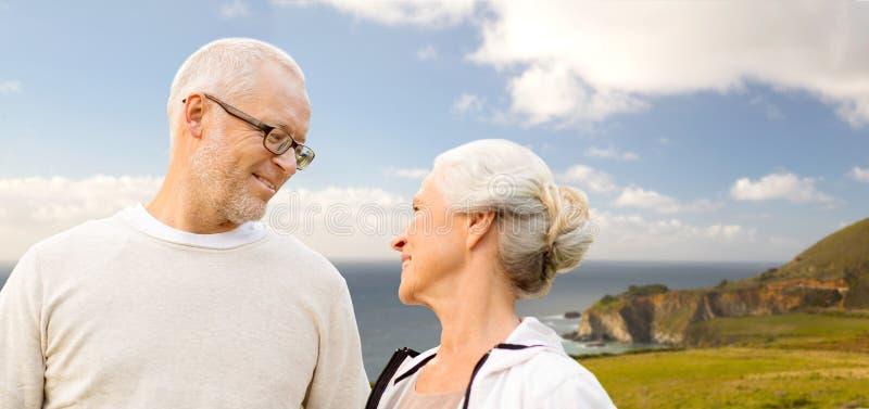 Pares superiores felizes sobre a costa de Big Sur imagem de stock royalty free