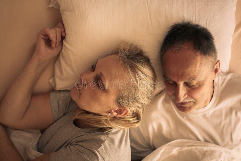 Pares superiores que abraçam e que dormem fotos de stock royalty free