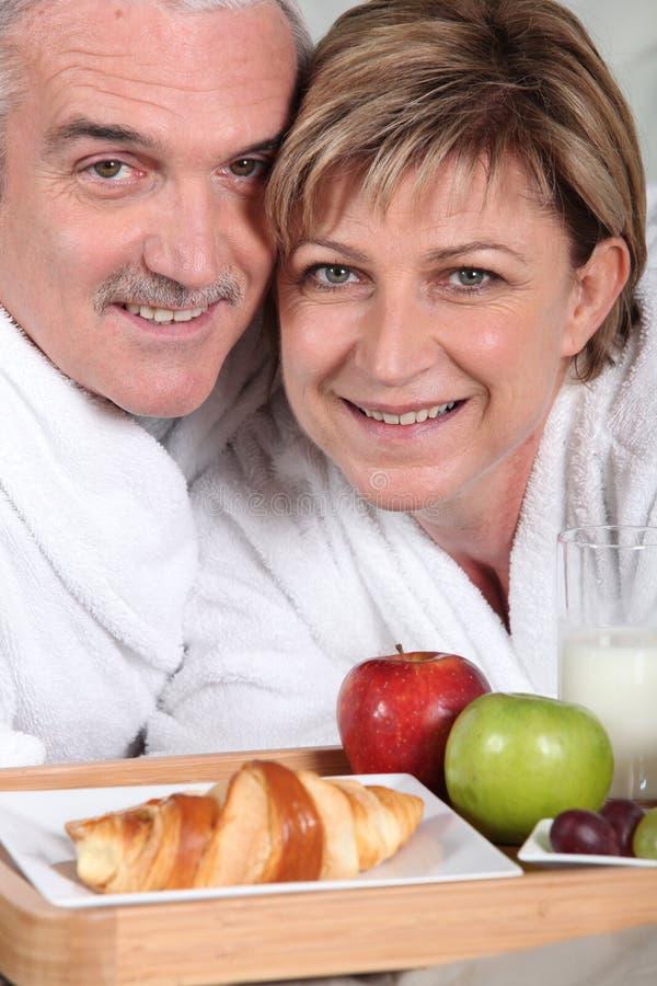 Pares superiores que comem o café da manhã fotografia de stock royalty free