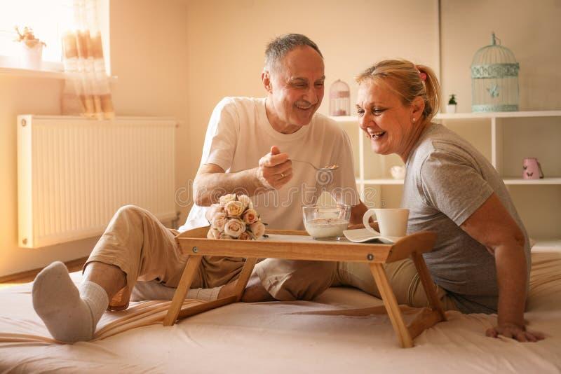 Pares superiores que comem o café da manhã saudável junto foto de stock royalty free