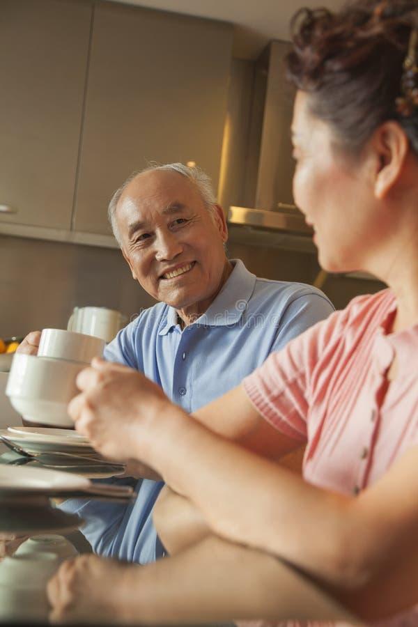 Pares superiores que compartilham do chá imagem de stock royalty free