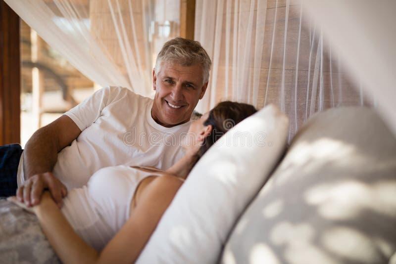 Pares superiores que dormem na cama do dossel foto de stock royalty free