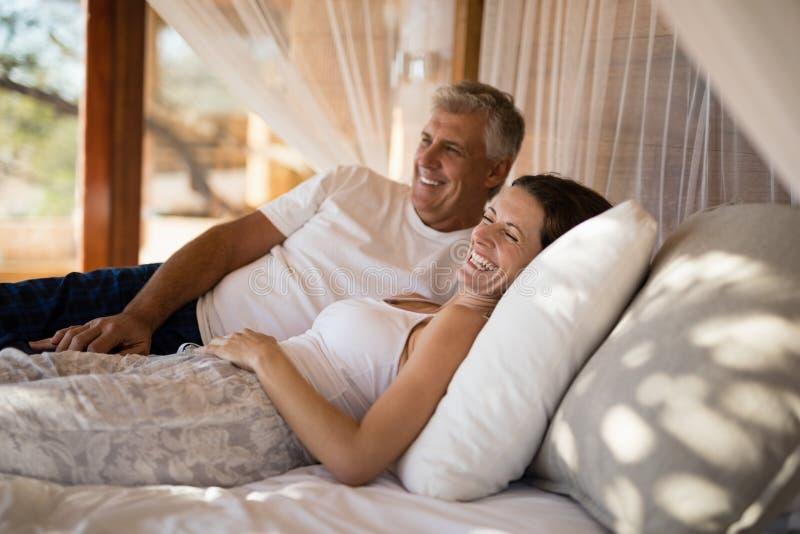 Pares superiores que dormem na cama do dossel fotos de stock royalty free