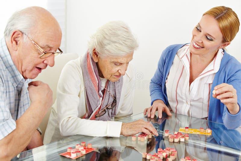 Pares superiores que jogam o Bingo imagens de stock