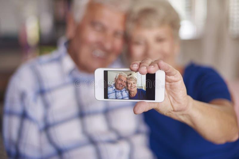 Pares superiores que tomam um selfie junto fotografia de stock