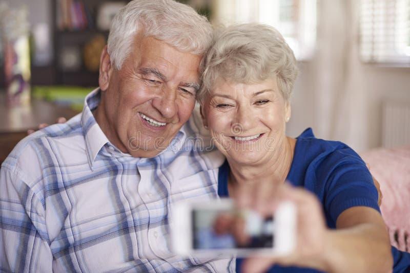 Pares superiores que tomam um selfie junto foto de stock