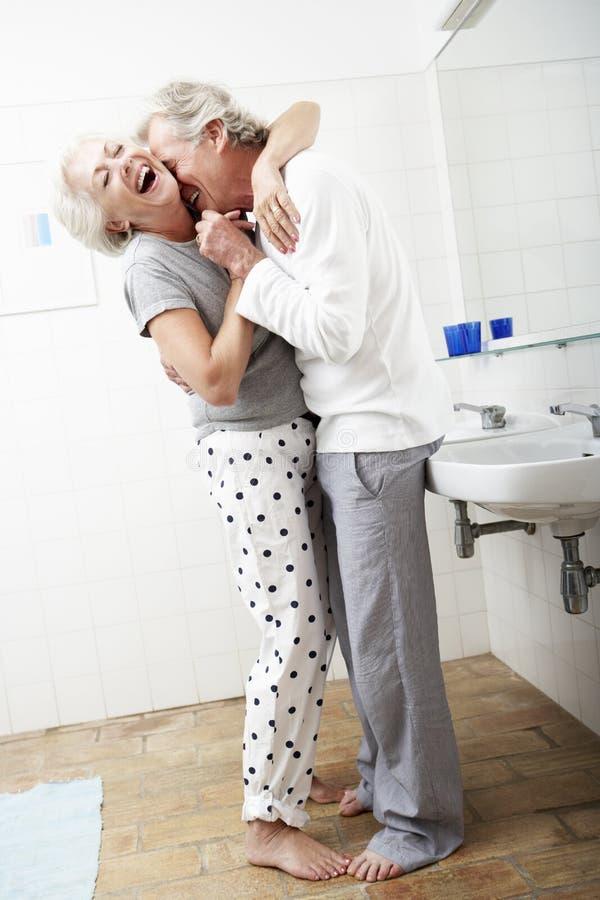 Pares superiores românticos no banheiro foto de stock