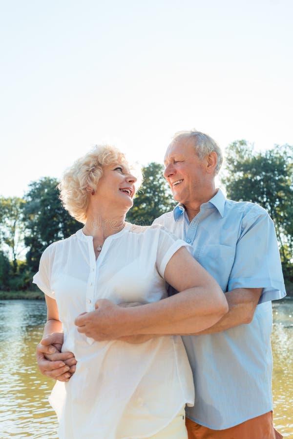 Pares superiores românticos que apreciam um estilo de vida saudável e ativo fotos de stock