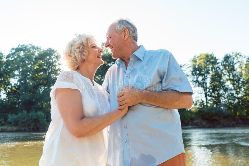 Pares superiores românticos que apreciam um estilo de vida saudável e ativo fotos de stock royalty free