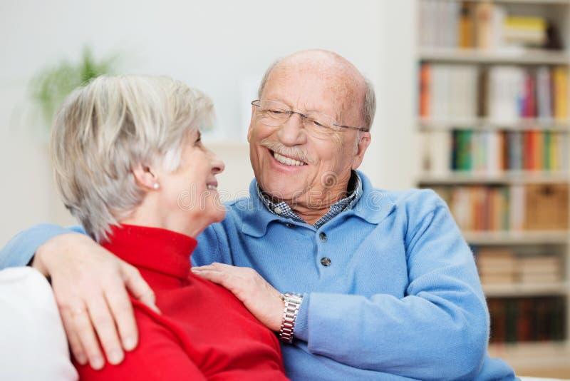 Pares superiores românticos que relaxam em casa imagens de stock royalty free