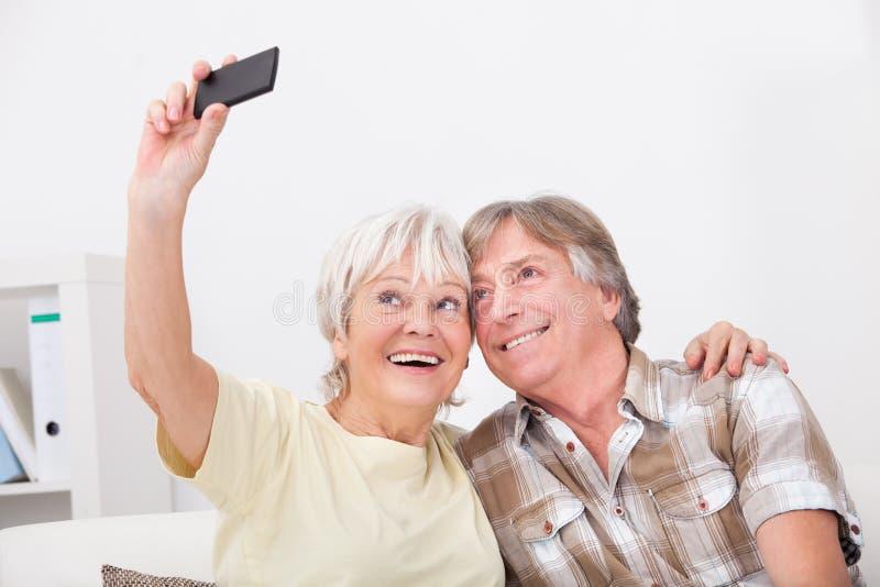 Pares superiores usando o telefone celular foto de stock royalty free