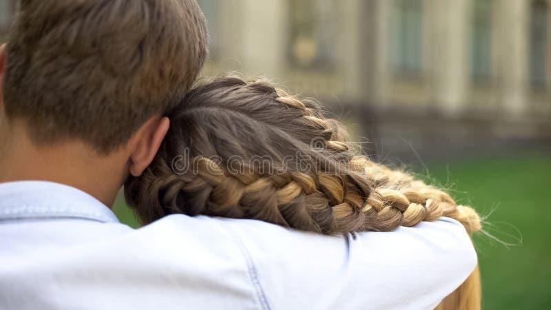 Pares t?midos de los adolescentes que se abrazan, primer amor, relaci?n de la oferta imagen de archivo libre de regalías