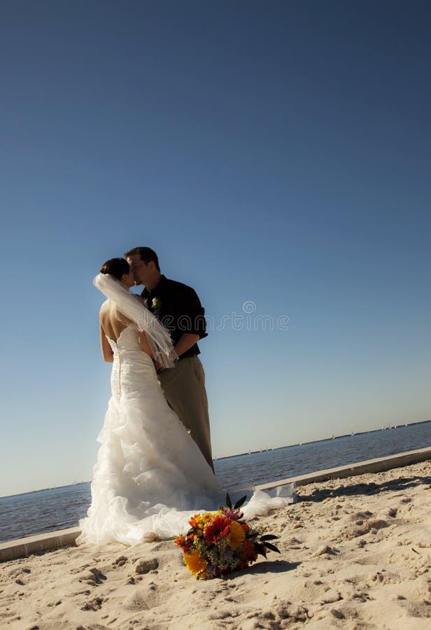 Pares tropicales de la boda de playa fotografía de archivo