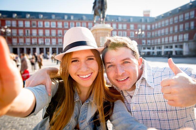 Pares turísticos de los amigos hermosos que visitan Europa en el intercambio de los estudiantes de los días de fiesta que toma la fotografía de archivo