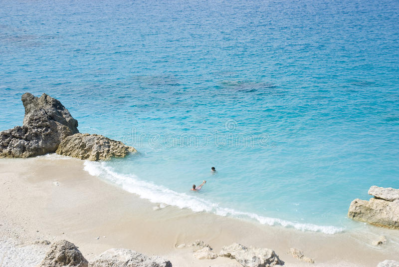 Pares turísticos en la playa imágenes de archivo libres de regalías