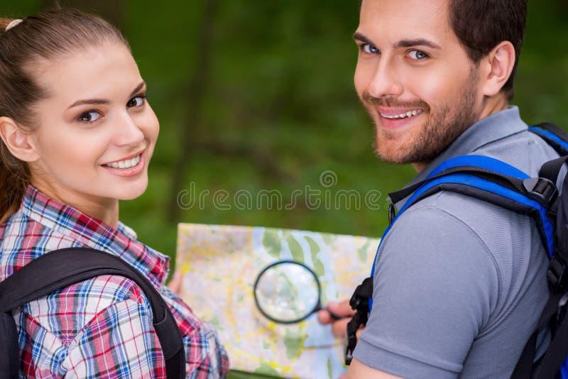 Pares turísticos felices fotografía de archivo libre de regalías