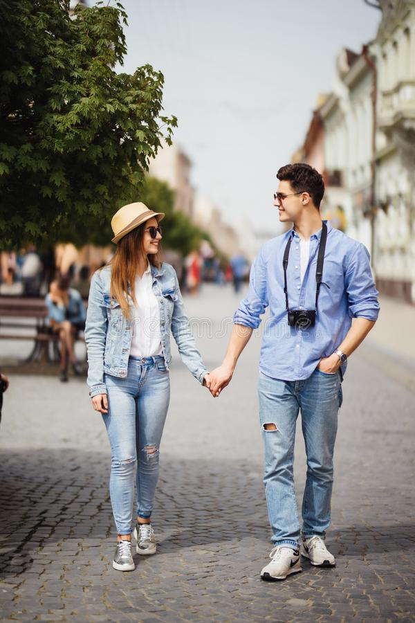 Pares turísticos hermosos en el amor que camina en la calle junto Hombre joven feliz y mujer sonriente que caminan alrededor de l fotos de archivo libres de regalías