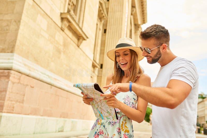 Pares turísticos jovenes fotos de archivo libres de regalías