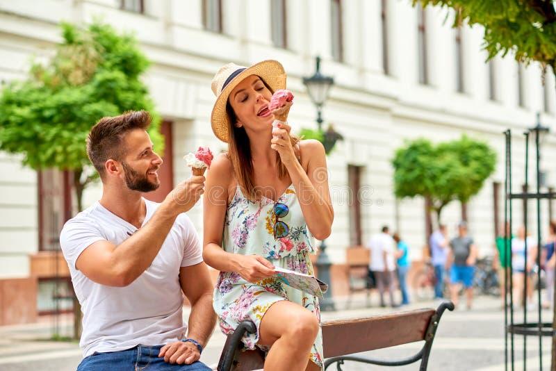 Pares turísticos jovenes con helado imagen de archivo libre de regalías