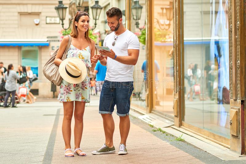 Pares turísticos jovenes en la calle fotografía de archivo