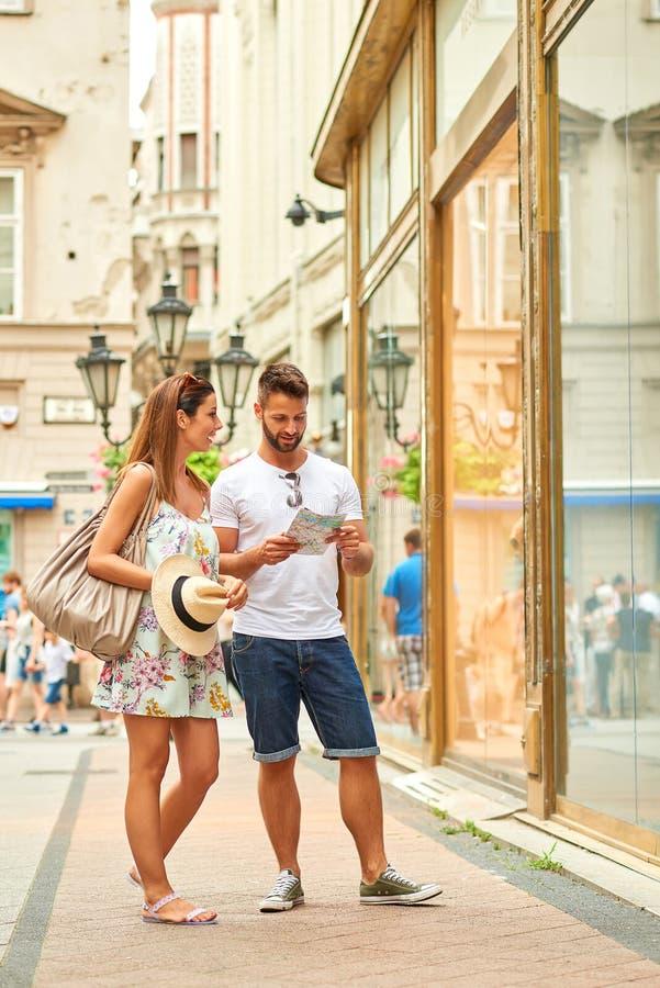 Pares turísticos jovenes en la calle foto de archivo