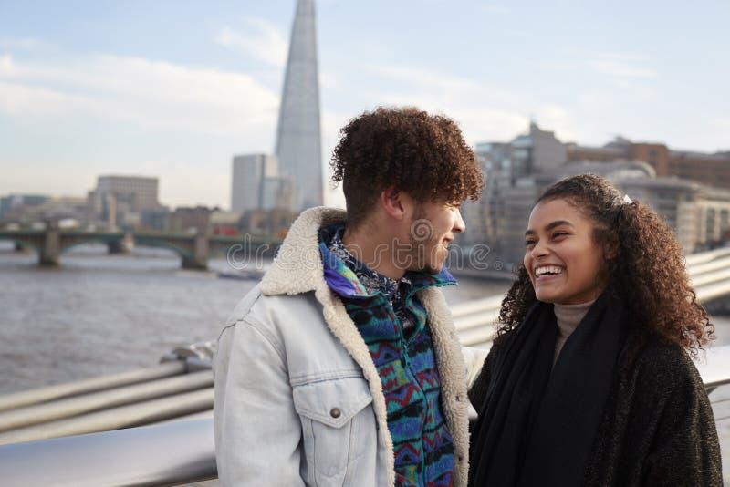 Pares turísticos jovenes que visitan Londres en invierno imágenes de archivo libres de regalías