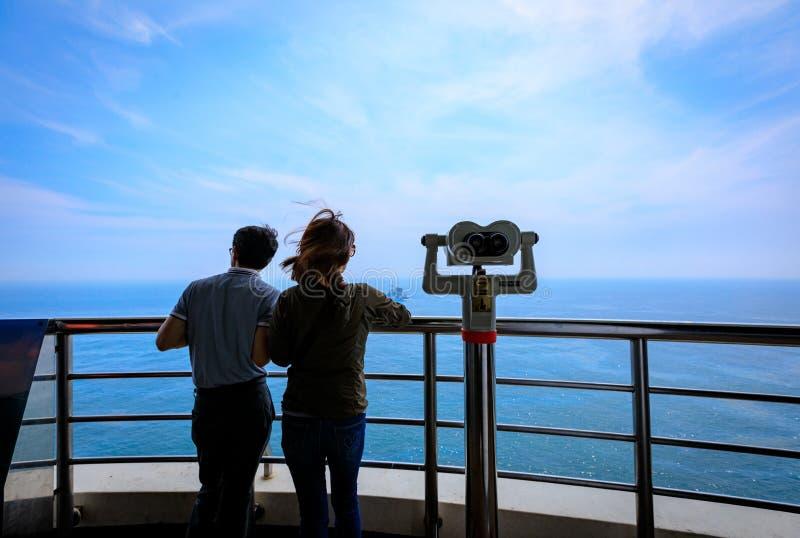 Pares turísticos y telescopio vistos del observatorio de Taejongdae imagenes de archivo