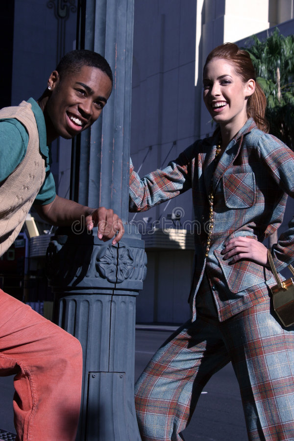 Pares urbanos felizes imagens de stock royalty free