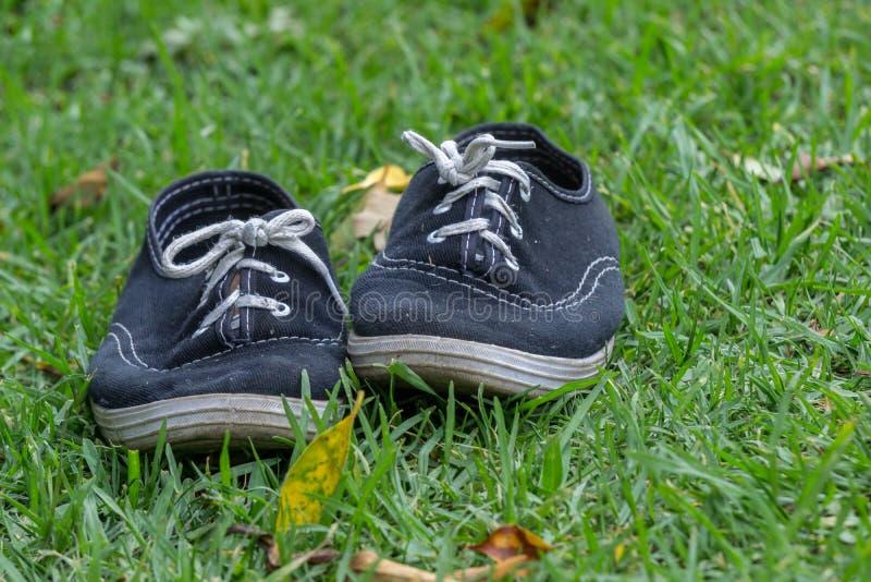 Pares usados de sapatas de tênis fotografia de stock royalty free