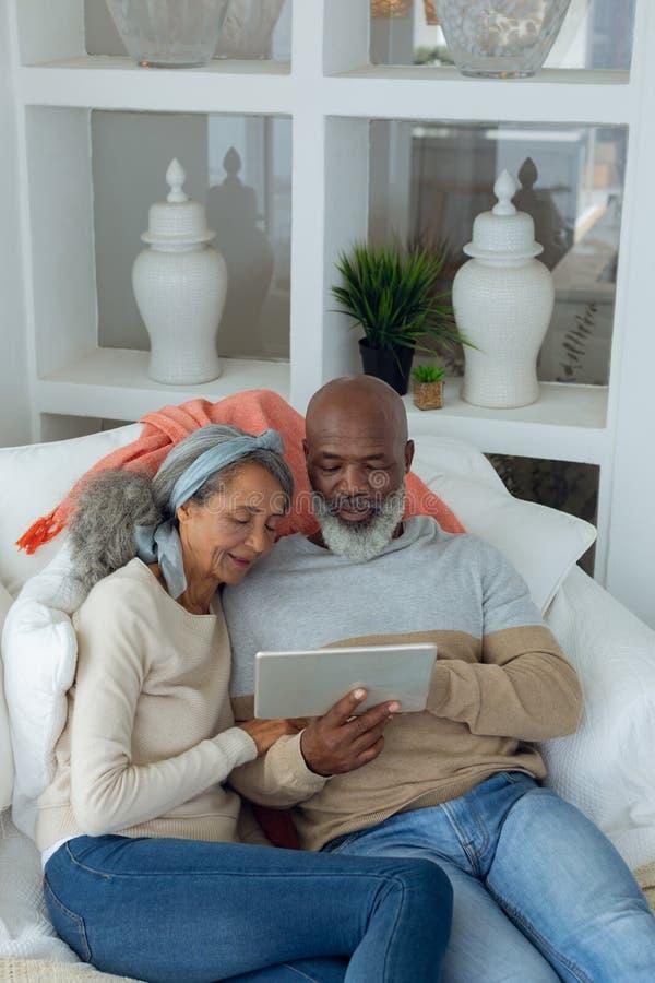 Pares usando uma tabuleta digital imagens de stock royalty free