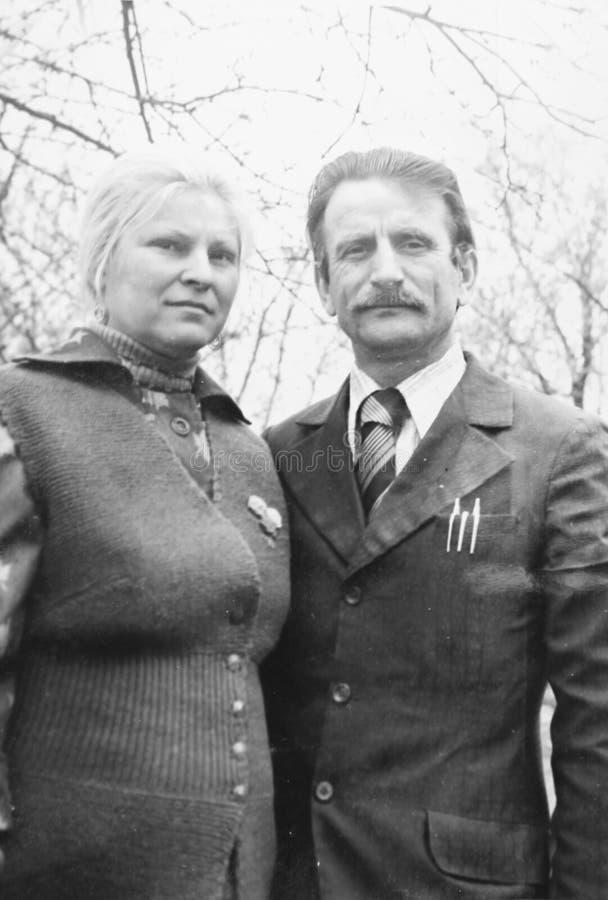 Pares velhos da fotografia do vintage no amor fotos de stock royalty free