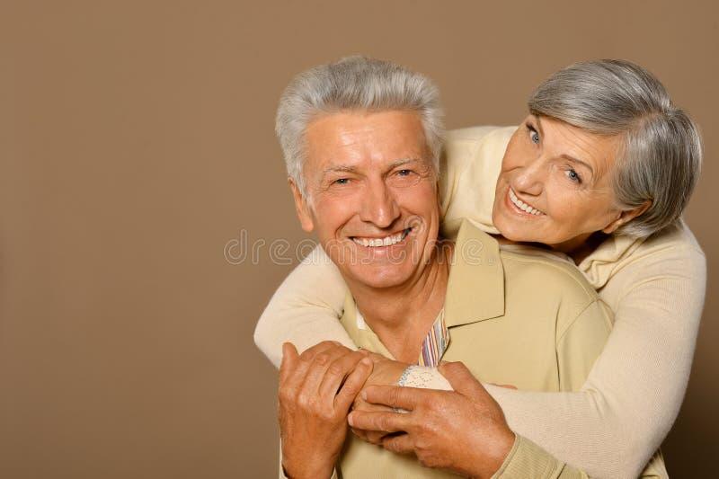 Pares velhos de sorriso imagens de stock royalty free