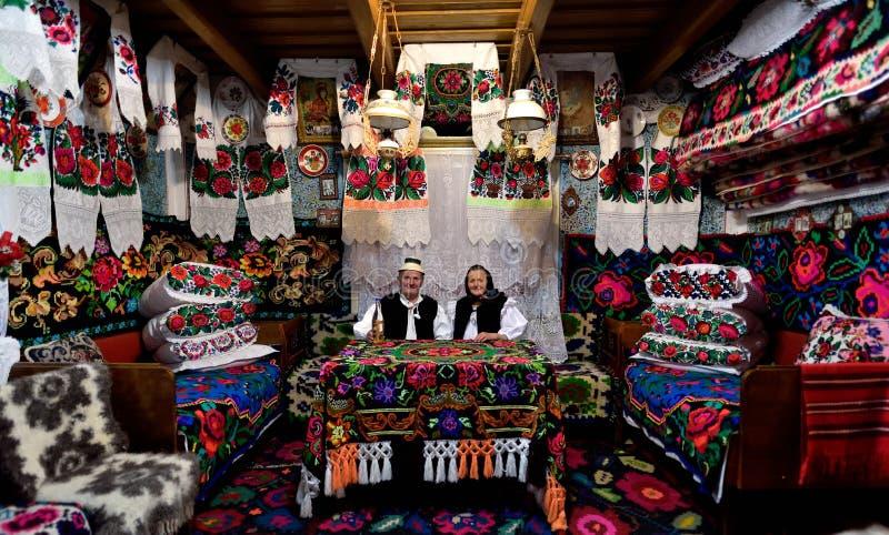 Pares velhos na casa tradicional, Romênia, Maramures foto de stock royalty free
