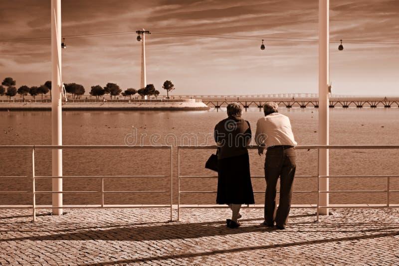 Pares velhos pelo rio imagens de stock