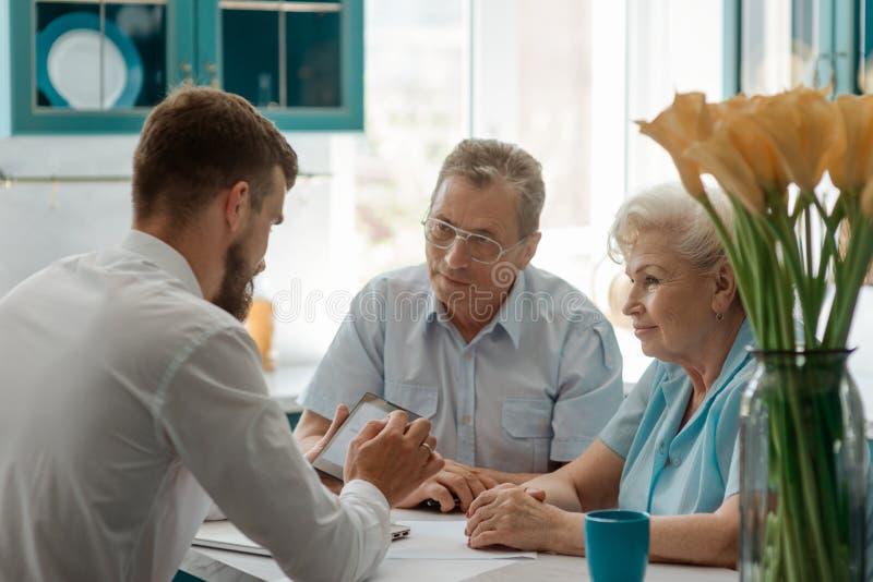 Pares velhos que falam com conselheiro fotografia de stock royalty free