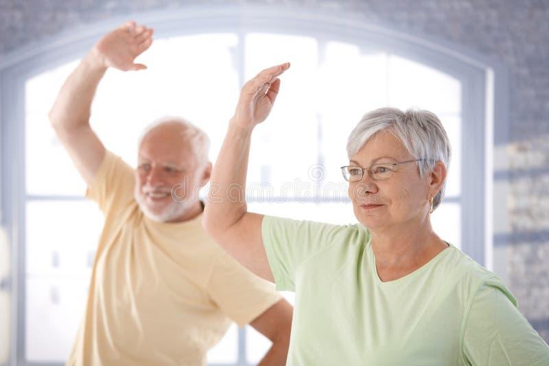 Pares velhos que fazem exercícios fotos de stock royalty free