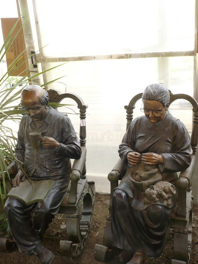 Pares velhos que relaxam no sunroom fotografia de stock royalty free