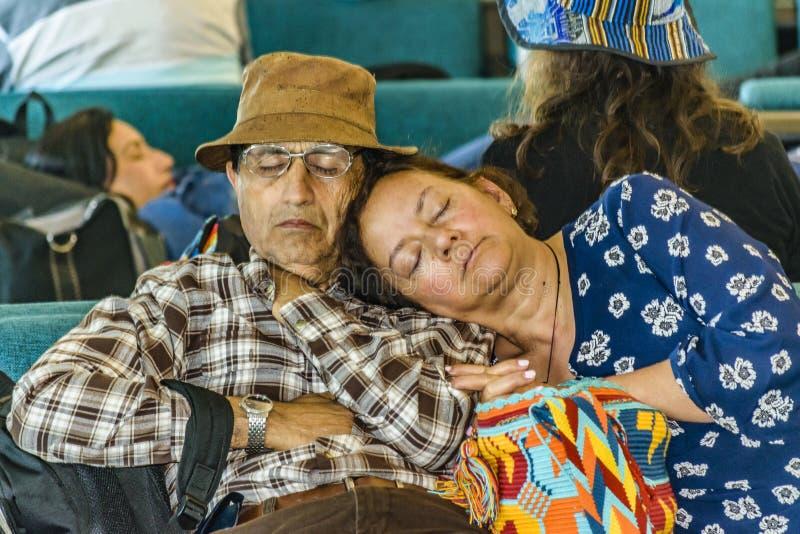 Pares velhos Slepping no aeroporto fotos de stock