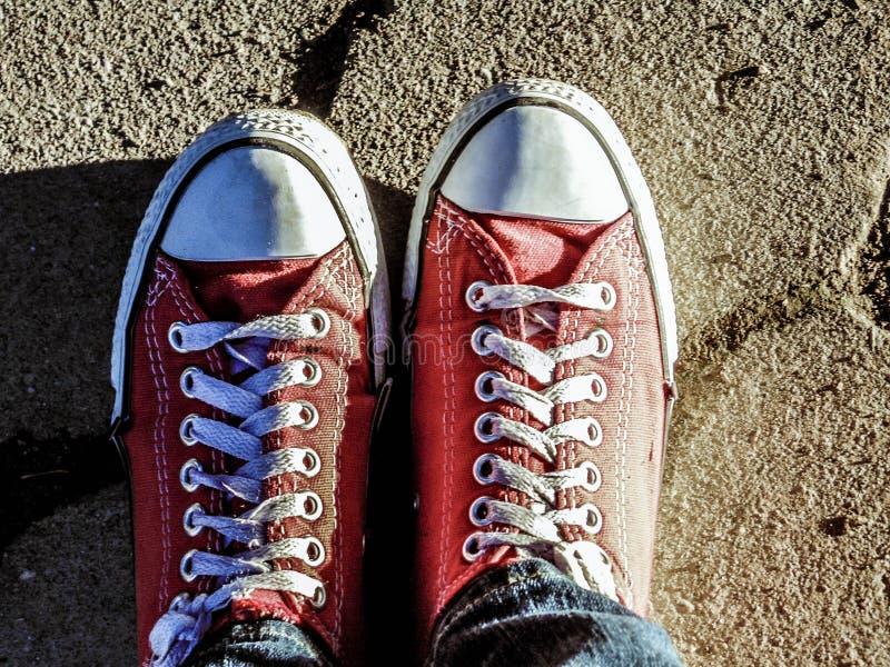 Pares vermelhos das sapatilhas fotografia de stock