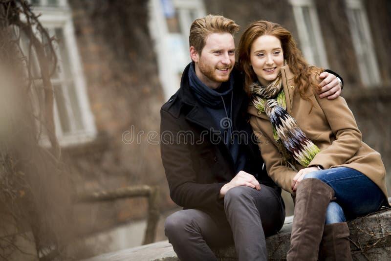 Pares vermelhos novos do cabelo no parque do outono foto de stock royalty free