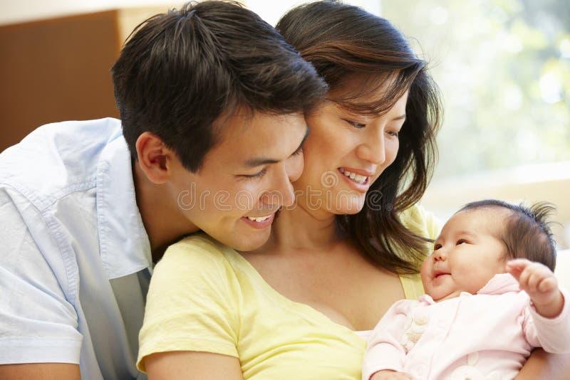 Pares y bebé asiáticos imagenes de archivo