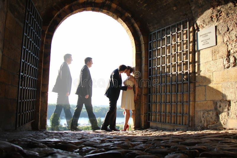 Pares y beso de la boda imagen de archivo