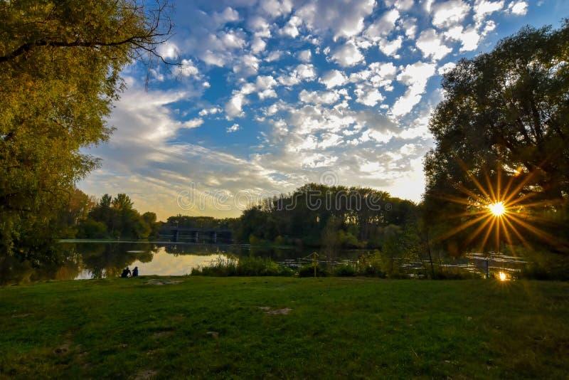 Pares y el sol foto de archivo libre de regalías