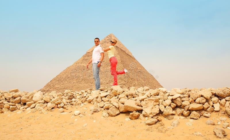 Pares y pirámide felices, El Cairo, Egipto Turistas que se divierten fotos de archivo libres de regalías
