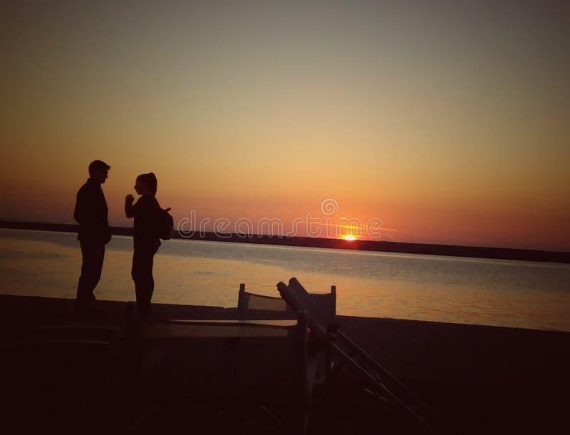 Pares y puesta del sol fotos de archivo libres de regalías