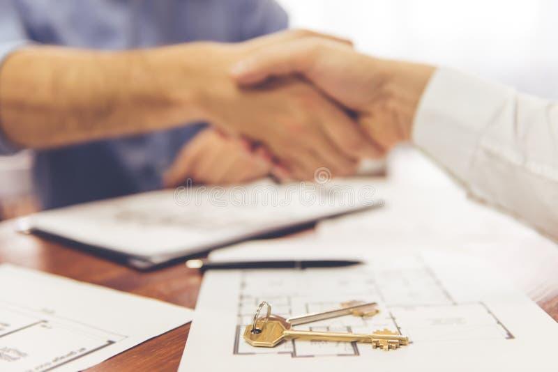 Pares y un agente inmobiliario imagenes de archivo