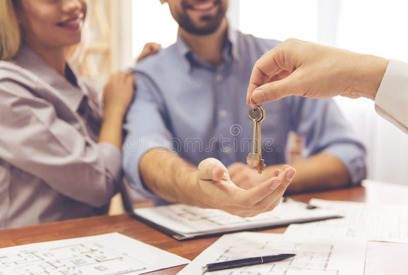 Pares y un agente inmobiliario imagen de archivo